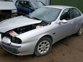 Alfa Romeo 156 dalimis. Priekinės lempos yra
