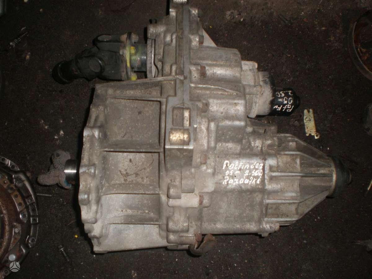 Nissan Pathfinder.    tik razdatke.    variklio,dezes nera