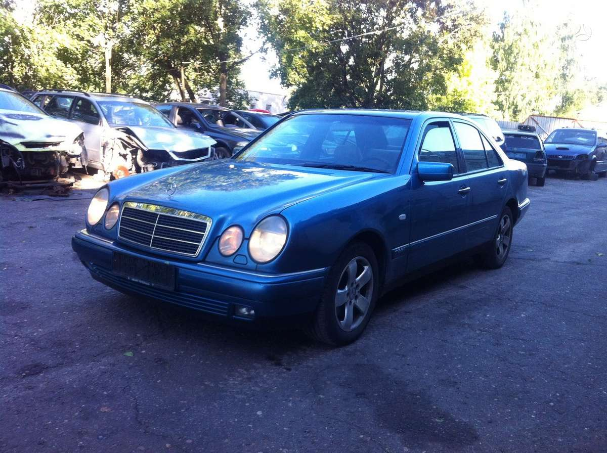 Mercedes-Benz E300. Xenon, r16, automatine deze, kondicionierius