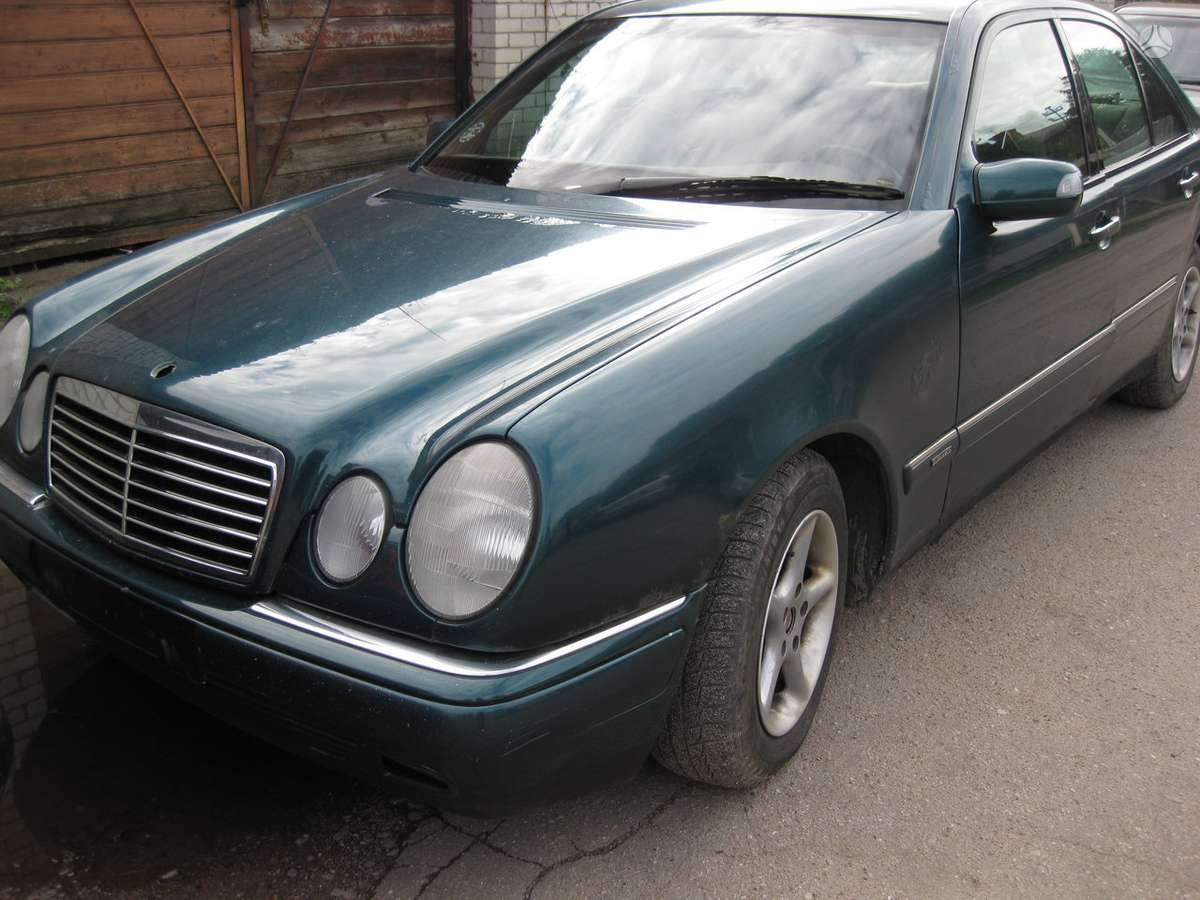 Mercedes-Benz E300 dalimis. Superkame automobilius su defektais,