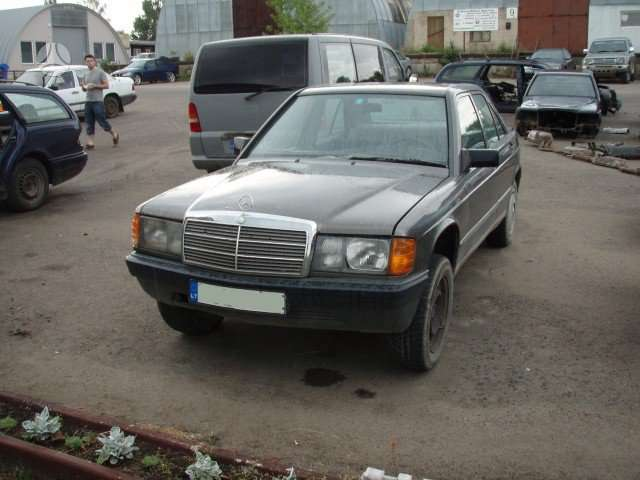 Mercedes-Benz 190 dalimis. Taip pat superkame mercedes benz