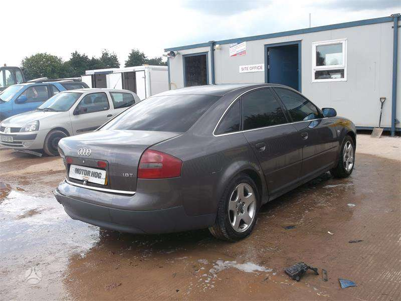 Audi A6. 1998-2004m. turime eu vairo koloneliu. yra motoras