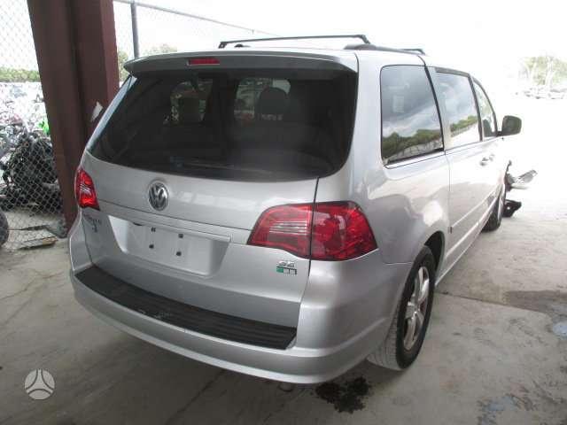 Volkswagen Routan. Ardomas visas automobilis pavaizduotas