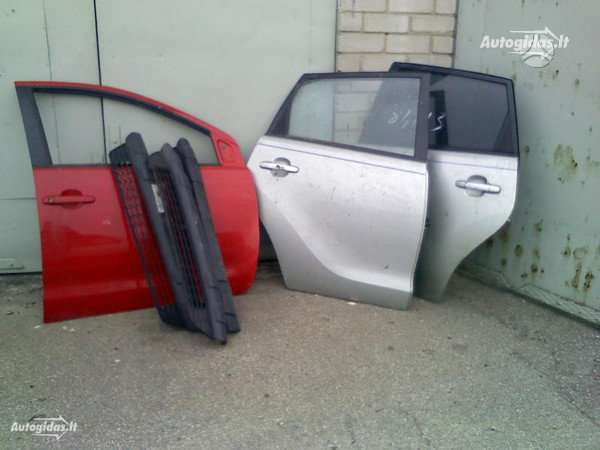 Toyota Matrix. Yra galinis bamperis su kaires ir desines puses