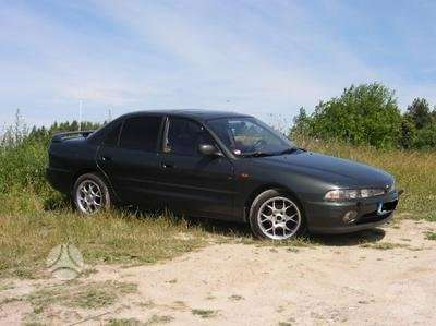 Mitsubishi Galant. Galant-sedanas dalimis.buvo spoileris su stop