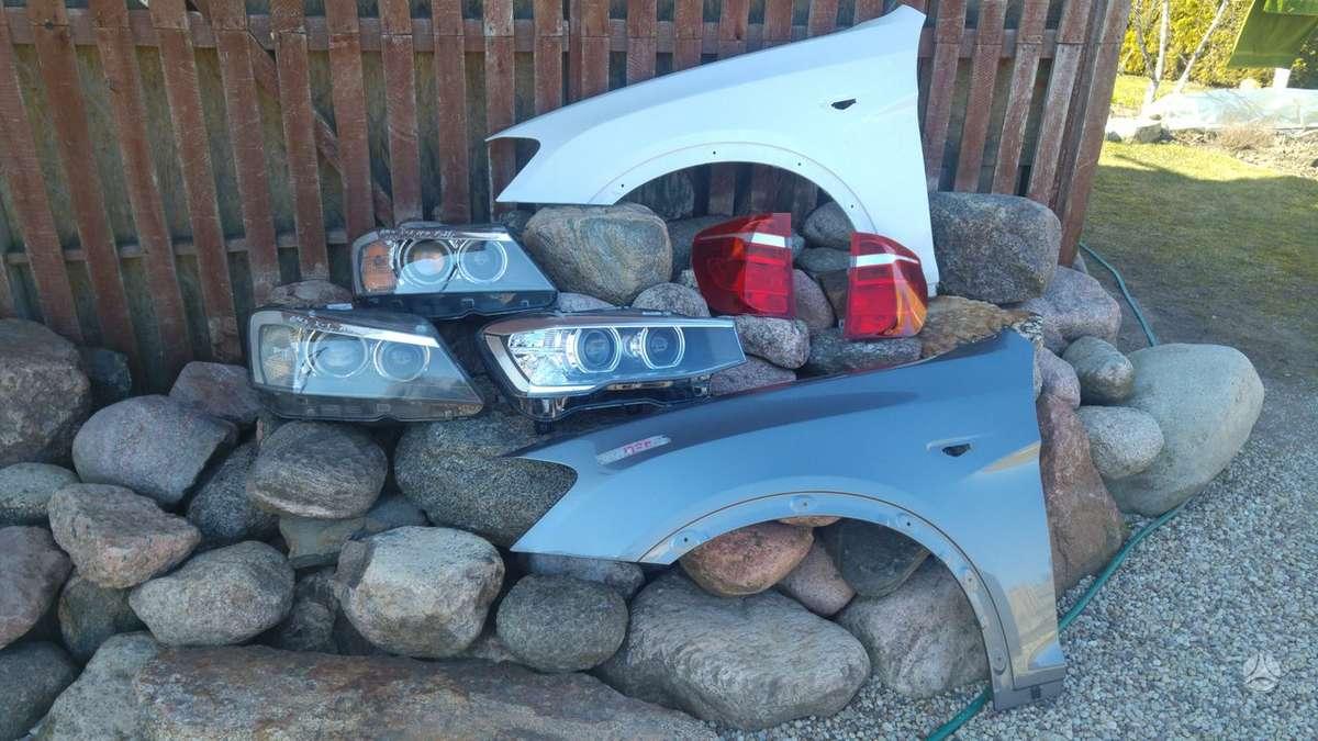 BMW X3. Priekiniai kapotai rudas, pilkai-gelsvas, juodas,