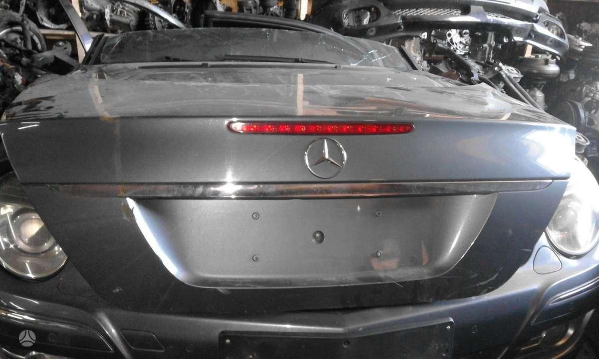 Mercedes-Benz E300 dalimis. Yra visas priekis,galine visa