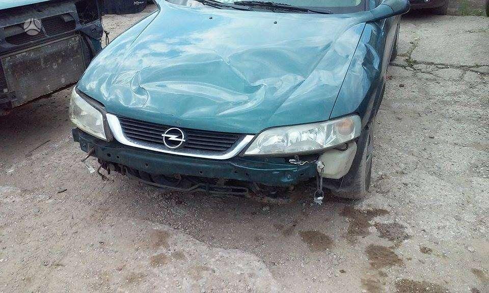 Opel Vectra. Priekinis buferis yra,  kablys. europa.