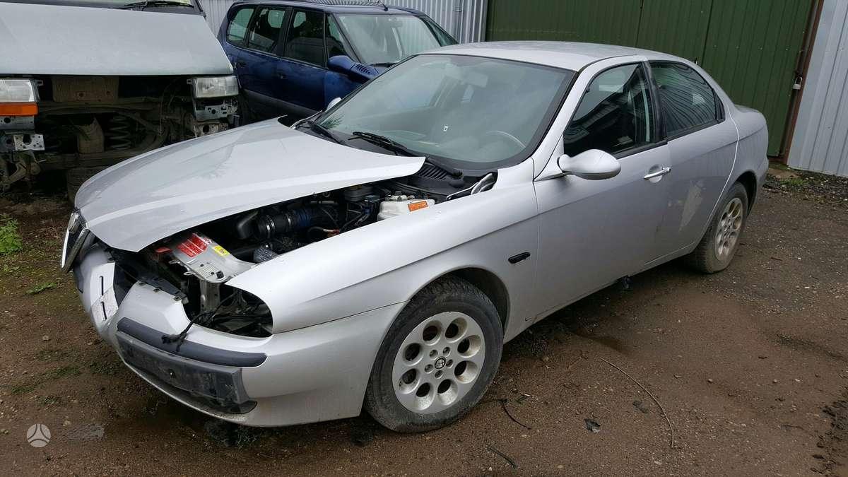 Alfa Romeo 156 dalimis. Priekinės lempos yra išimtos, todėl foto