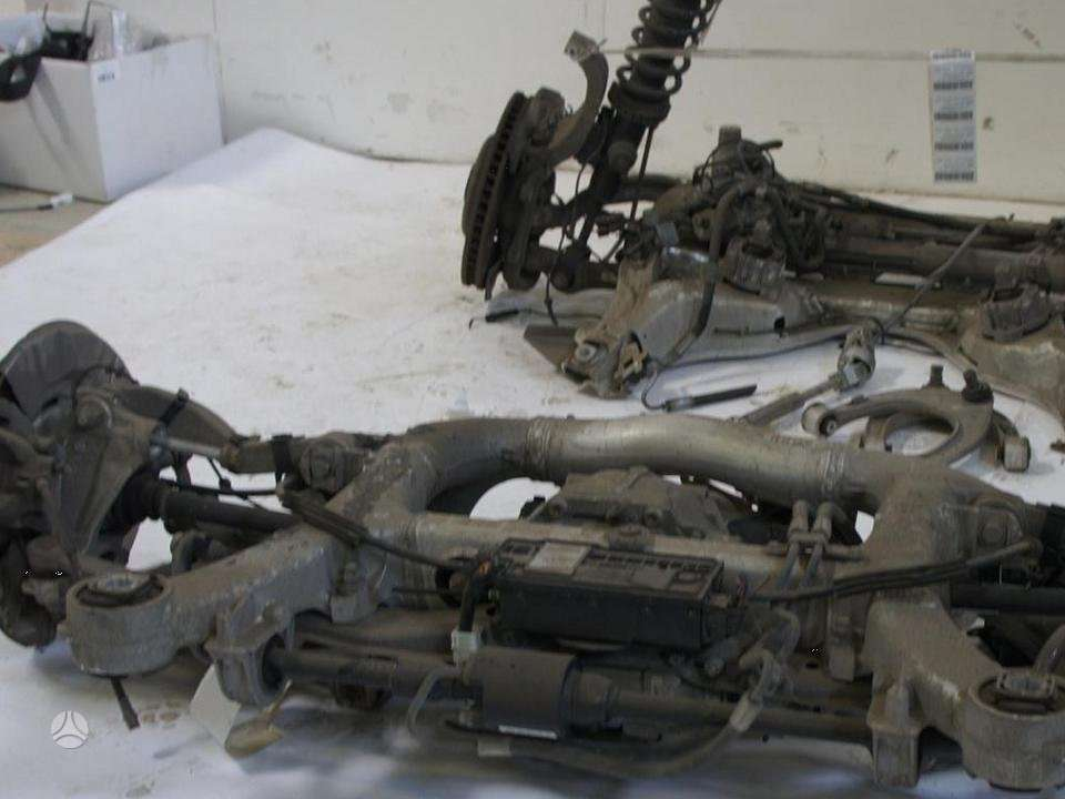 BMW 7 serija. Vaziuokle priekine ir galine yra ir kitu detaliu