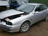 Alfa Romeo 156 dalimis. Priekinės lempos yra išimtos, todėl fo...