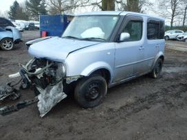 Nissan Cube dalimis. Automobilis ardomas