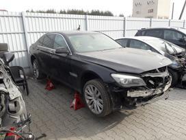 BMW 730. Visas auto ardomas dalimis