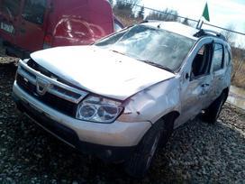 Dacia Duster dalimis. Automobilis ardomas