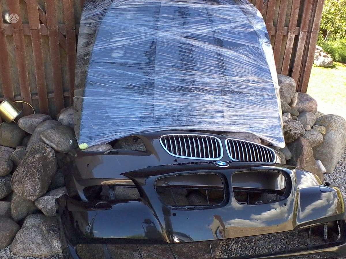 BMW 5 serija. Priekiniai kapotai juodas ir baltas, priekinis