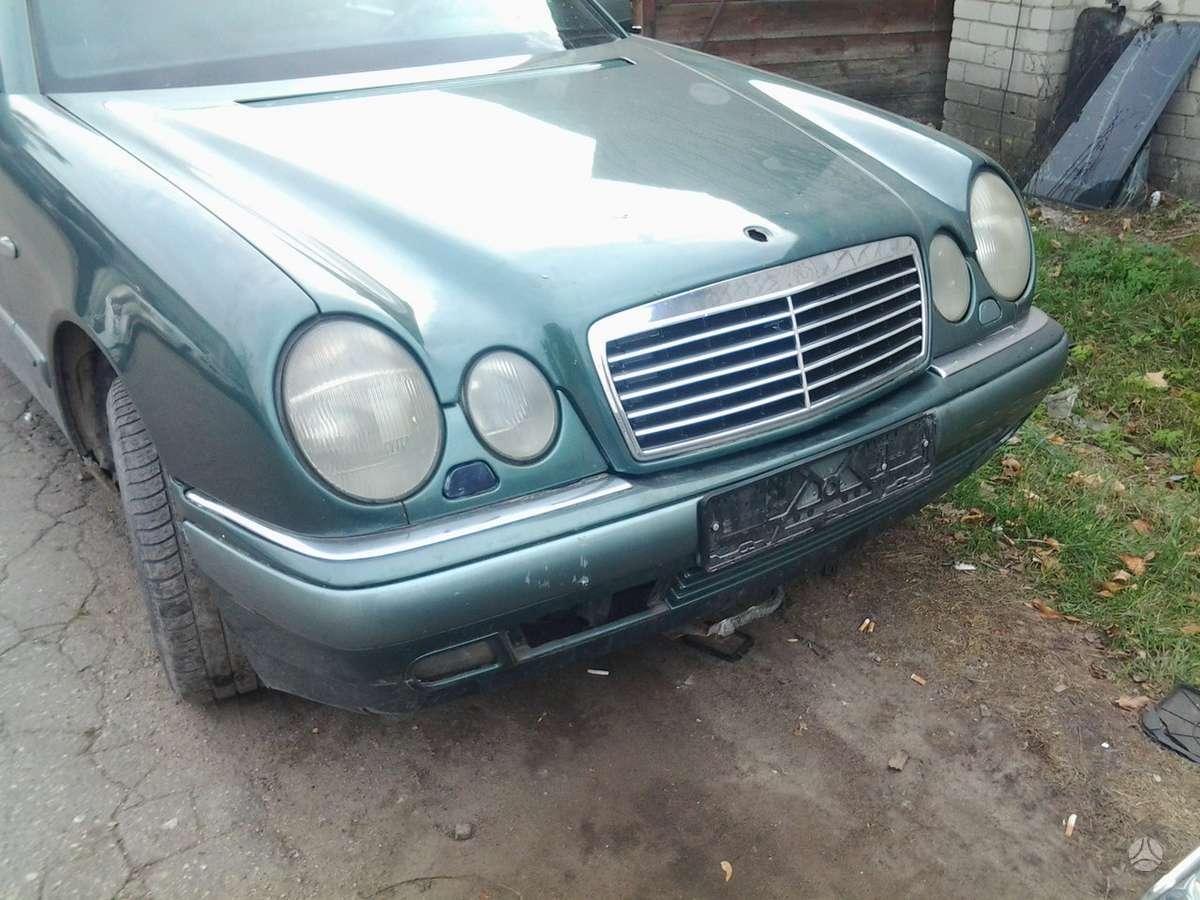 Mercedes-Benz E290 dalimis. Superkame automobilius su defektais,