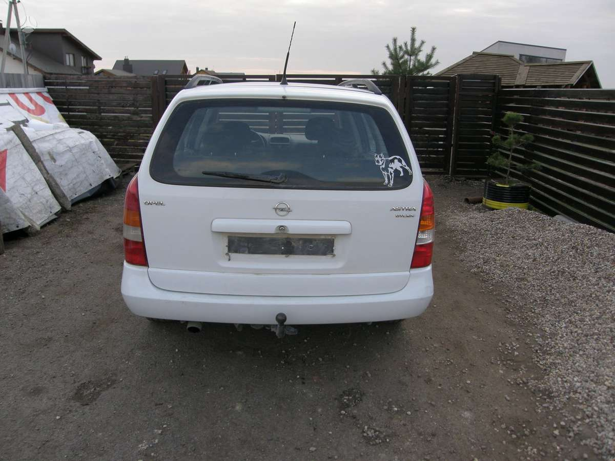 Opel Astra. Dalimis