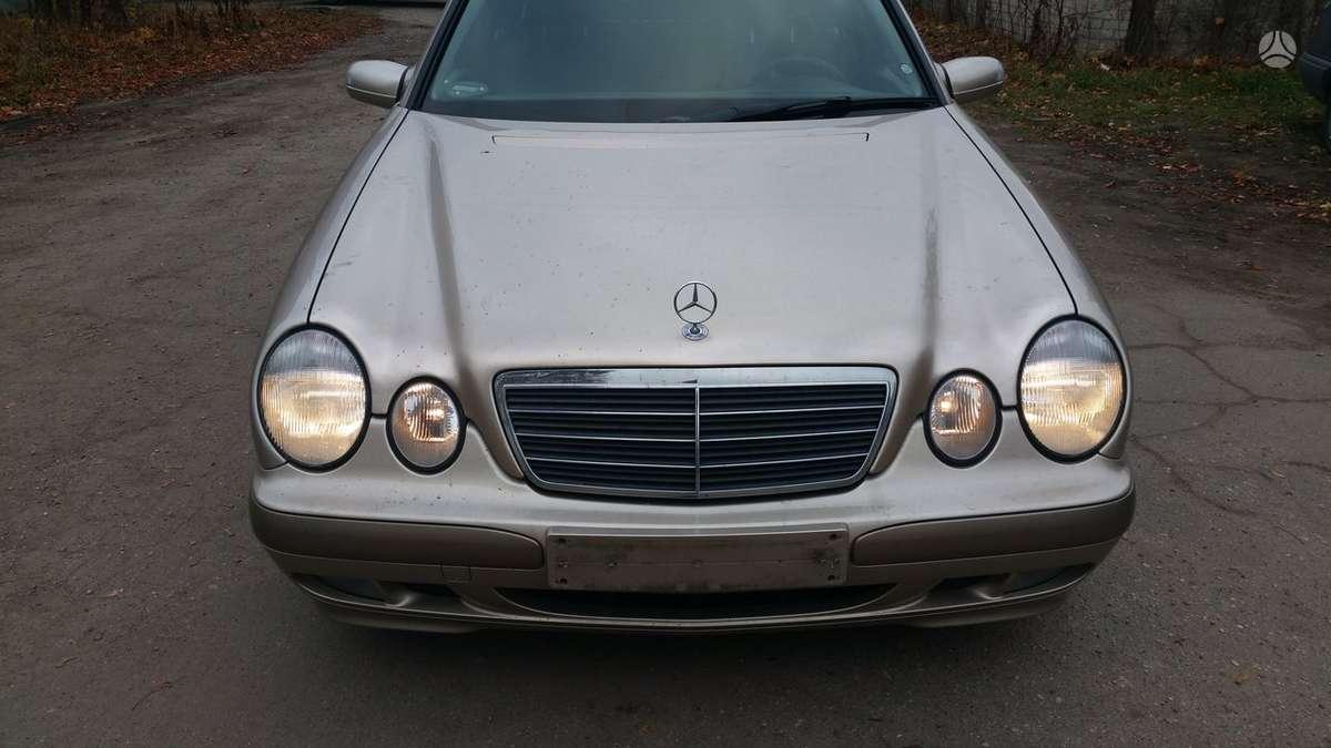 Mercedes-Benz E270. Dalimis superkame automobilius su defektais,