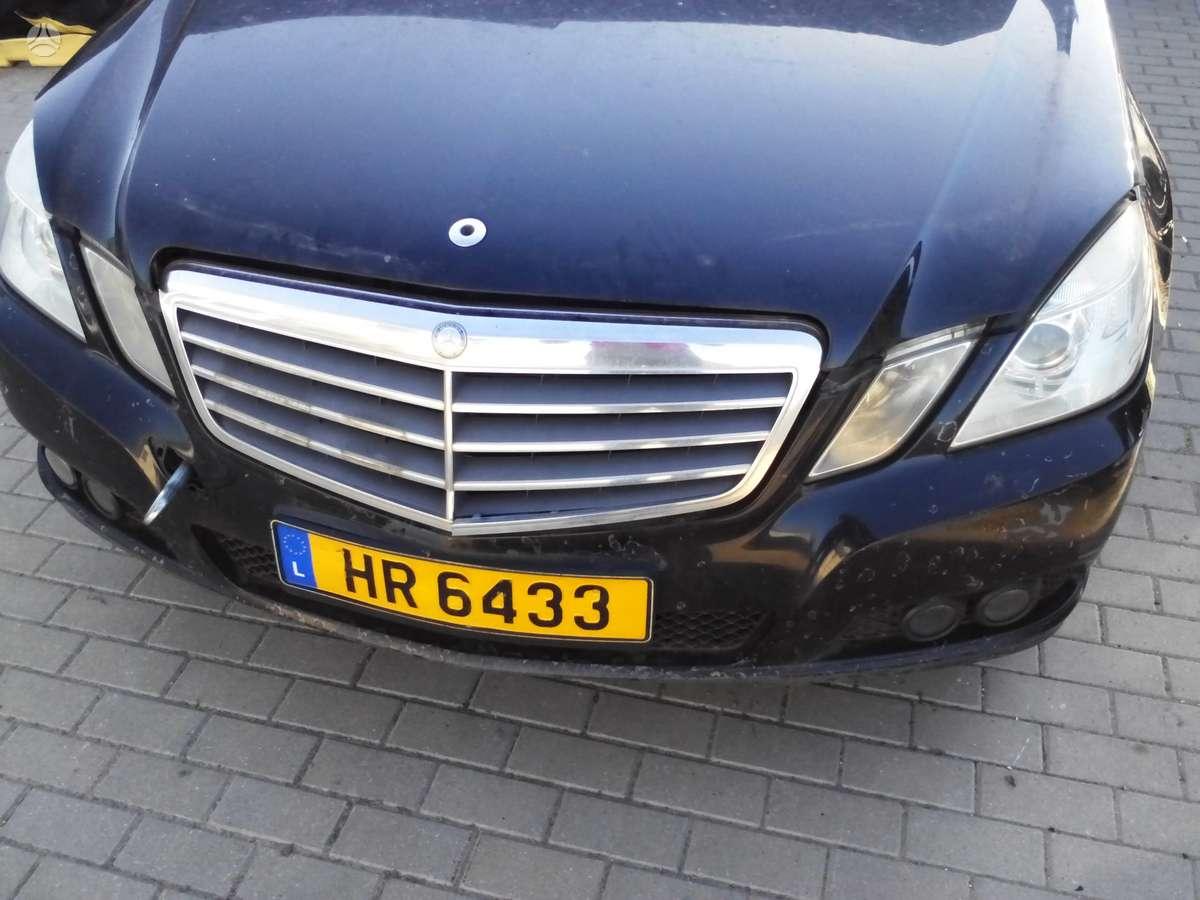 Mercedes-Benz E200. Europa, tik stiklai isdauzti isskyrus galini.