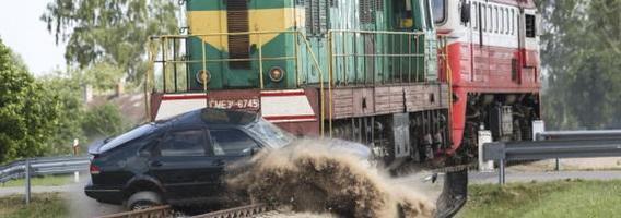 260 tonų sveriantis lokomotyvas sutraiškė ant pervažos sustojusį SAAB