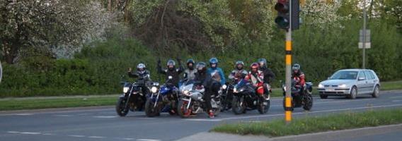 """""""Karas kelyje"""": automobilių vairuotojai motociklininkus gąsdina atidarinėdami dureles"""