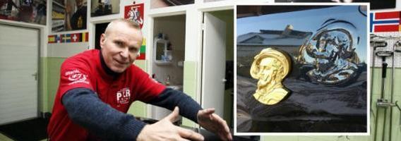 Automobilių lyginimo meistras Kazimieras Stankevičius stebuklus kuria Ramučiuose