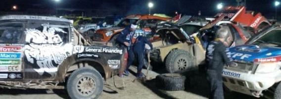 """Benediktas Vanagas Lietuvoje gerai žinomu būdu užvedė """"Peugeot"""" automobilius Dakare"""