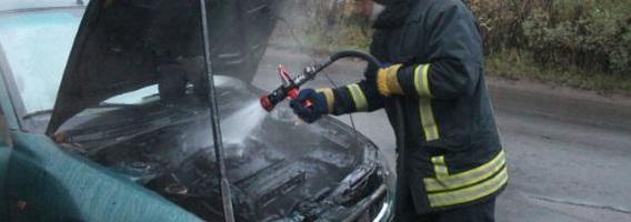 Liepsnojantis automobilis: kaip to išvengti ir ko imtis kilus gaisrui