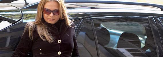 Moterys 41 kartą dažniau automobilį renkasi pagal spalvą