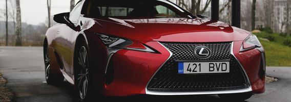 """Išsišokėlis hibridinėje gamoje – raumeningas atletas """"Lexus LC500"""""""